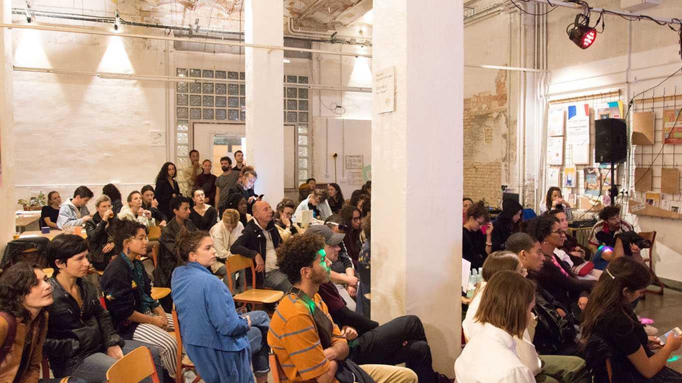 Photo d'un groupe en séminaire sur le site Vive Les Groues